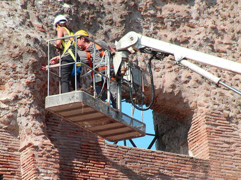 Operarios trabajando sobre plataforma elevadora